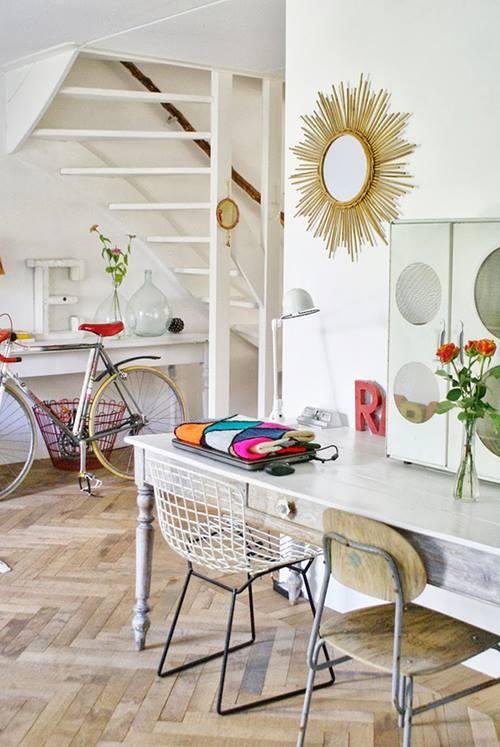 Casa llena de colores vibrantes entre sencillos muebles for Muebles vintage com