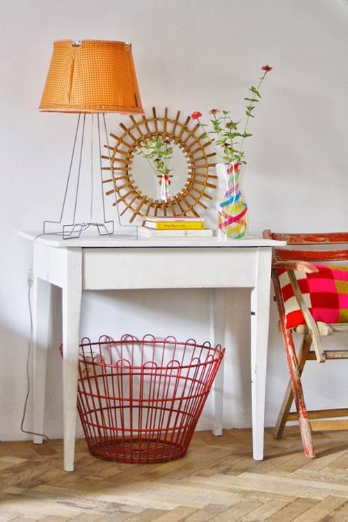 Casa llena de colores vibrantes entre sencillos muebles for Colores vintage para muebles