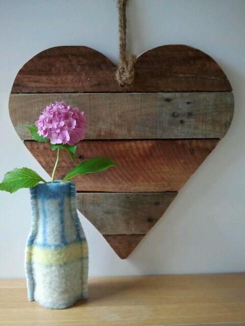 Ideas para decorar una casa con corazones de madera for Madera reciclada para muebles