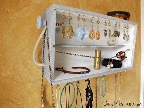 Reciclar cajas de madera de vino para organizar collares y - Cajas de vino de madera decoradas ...